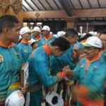 Wakil Wali Kota Batu, Ir Punjul Santoso SH MM menyalami para atlet yang akan berlaga di Porprov Jatim.